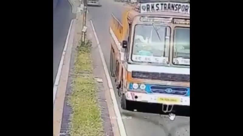 Индия самоубийца лёг под автобус на дороге