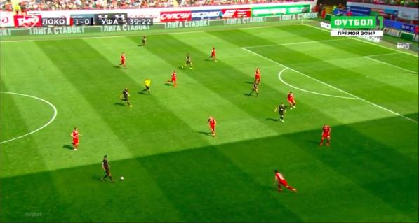Неделчару протащил мяч 20 метров со своей половины, не встретив сопротивления, и имеет два варианта для передачи.