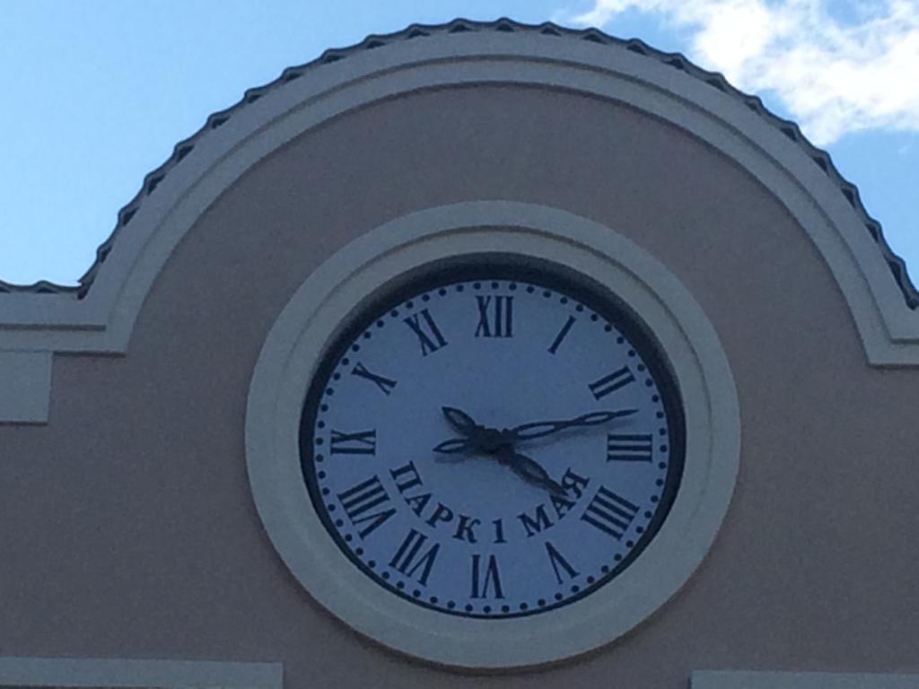 часы на входе в парк 1 мая в Нижнем Новгороде
