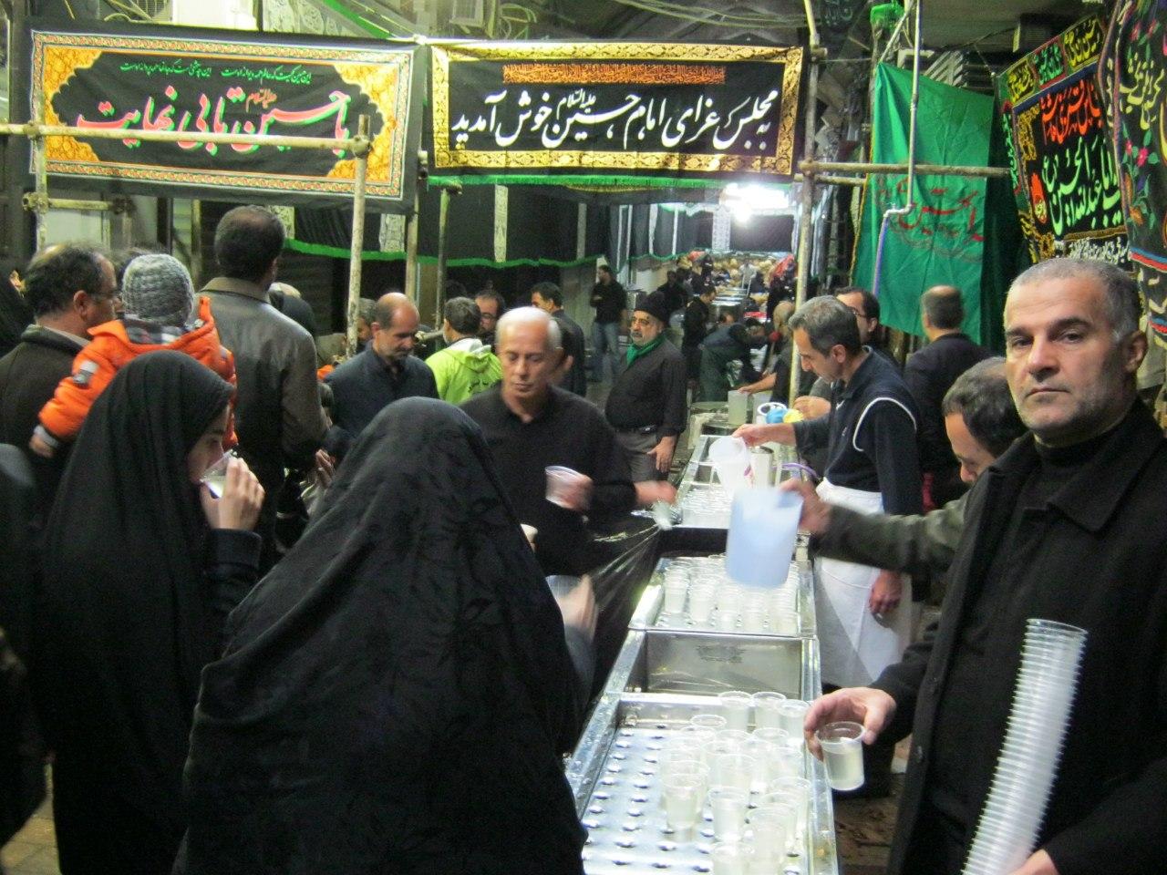 Хуссейние в Тегеране раздача еды