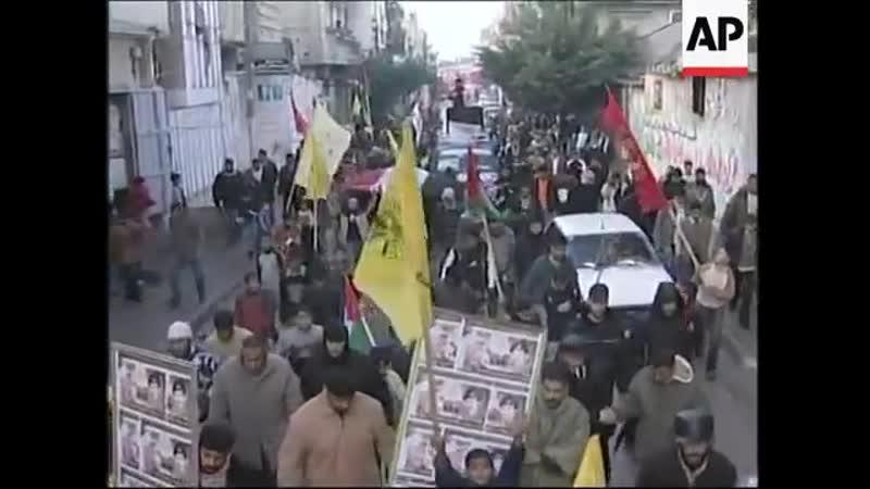 Палестинцы выходят из домов с портретами Саддама Хусейна и флагами Ирака в день когда было обьявлено о том что он убит