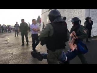 Задержания митингующих в Казани
