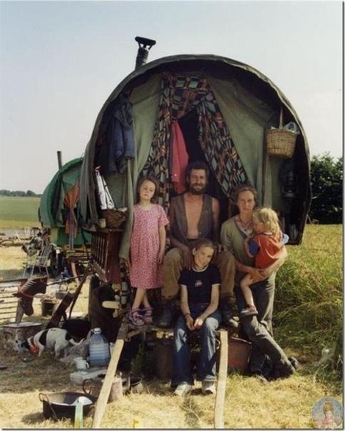 В 1986 году компания панков-анархистов, протестующих против политики властей, покинула Лондон и начала по примеру цыган вести кочевой образ жизни Со временем коммуна разрослась, обзавелась