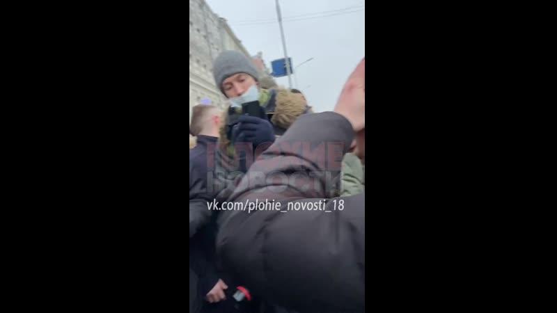 Из гущи событий Протестующие как могли оказывали помощь пострадавшим в боях с силовиками