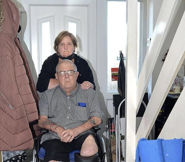 Упал, очнулся, инвалид. Житель Шотландии решил съесть бутерброд и остался без ноги.11 июля 65-летний социальный работник на пенсии Малколм Уайт сидел в саду вместе с 53-летней женой Ивонной.Он