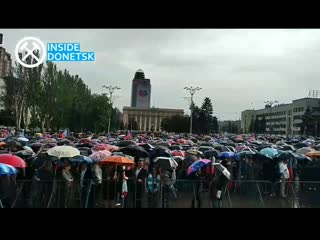 Жители Донецка, несмотря на дождь, пришли на центральную площадь города, что бы почтить память первых жертв авианалетов ВСУ