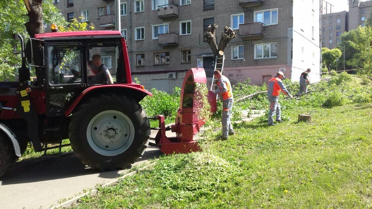 Ул. Большева, 17. Измельчение веток деревьев.