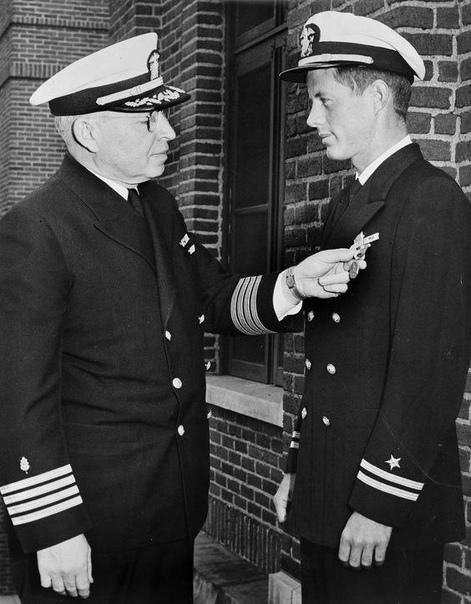 Капитан-лейтенант Джон Ф. Кеннеди награжден медалью ВМФ и морской пехоты за героизм в спасение членов экипажа PT-109, 6 июня 1944 г.