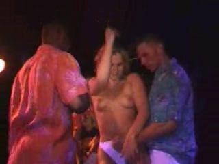 девушку раздели в клубе утка видео ролята далавераджия, сводник