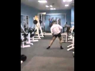 Опаааааасный парень в спортзале