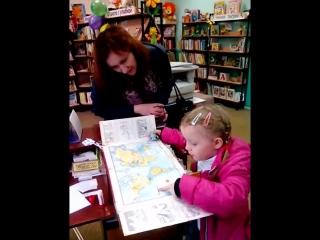 Юная читательница с мамой с интересом рассматривают книгу о драконах
