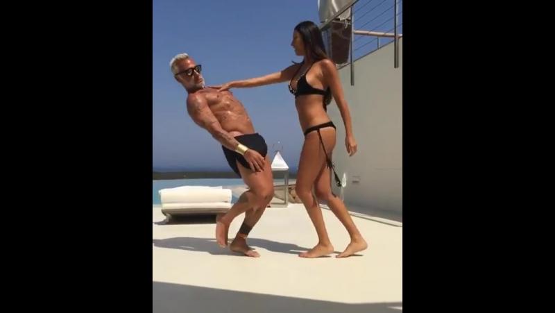 Зажигательный танец 50-летнего итальянского миллионера и его молодой жены