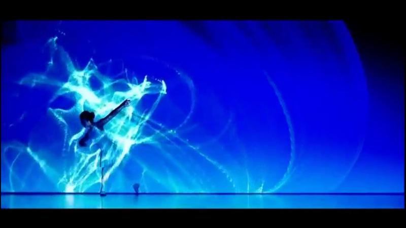 Танец двух танцовщиц со светом который взорвал интернет