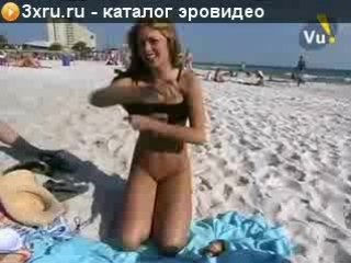 Стеснительная девушка полностью раздевается на не нудистком пляже