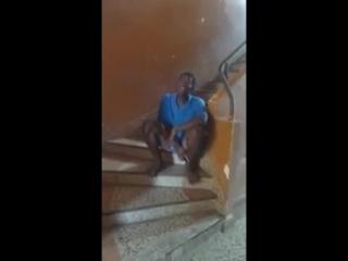 Африканский подросток безумно круто перепел