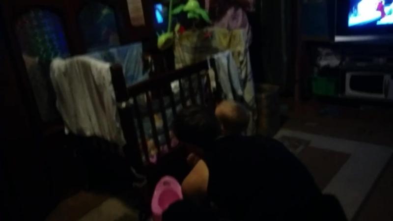 Антон и Полина играют с надувным шариком :)