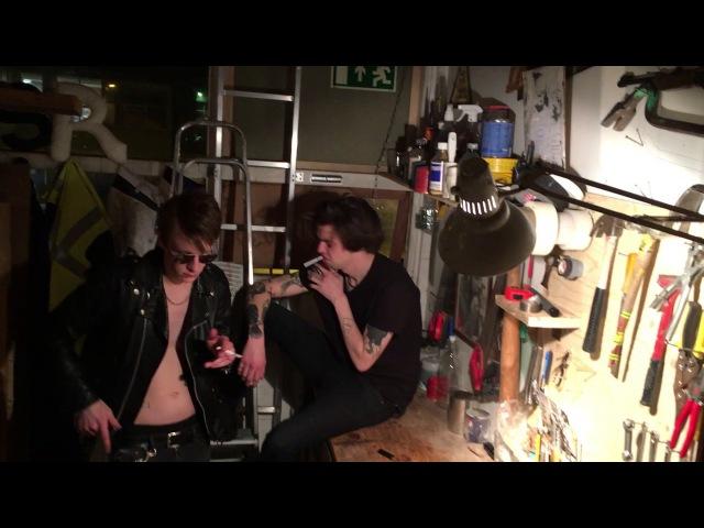 Skrattar Rautt ljós feat Axon Bronson