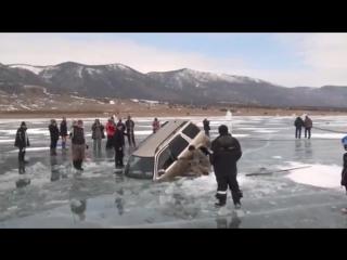 Как вытаскивают тачку, провалившуюся под лёд! 💪👏👍