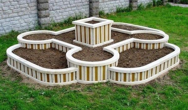 Продуманный бордюр в саду.