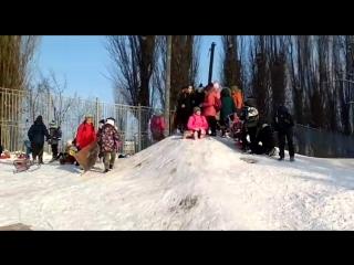дети лезут на снежную горку