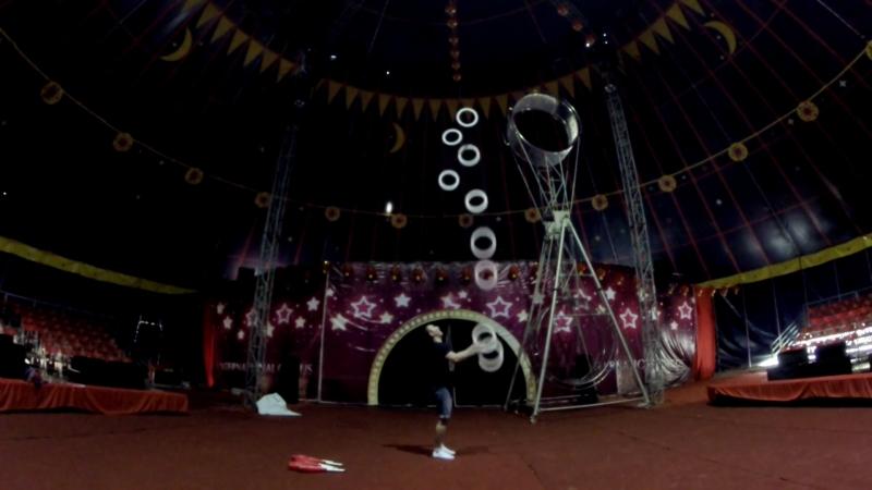 Жонглер жонглирует 9 колец
