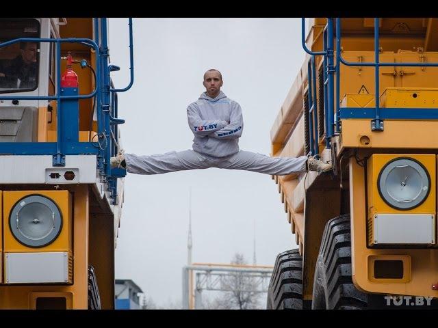 Белорус сел на шпагат между движущимися БелАЗами The MOST EPIC Epic Split! 160 Ton BelAZ Dump Trucks