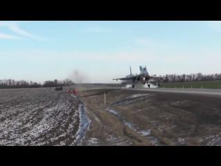 Экипажи Су-30М2 и Су-34 отработали посадку на шоссе