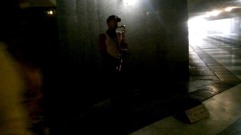 Сочи поземный переход парень играет на флейте