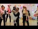 Папы с дочками танцуют Танец на выпускном в детском саду