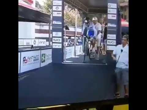 Está proibido rir da participação do competidor mais velho em uma prova de ciclismo