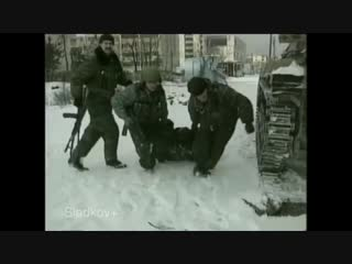 Сотрудники МВД выходят из за сады. Грозный 2000 год