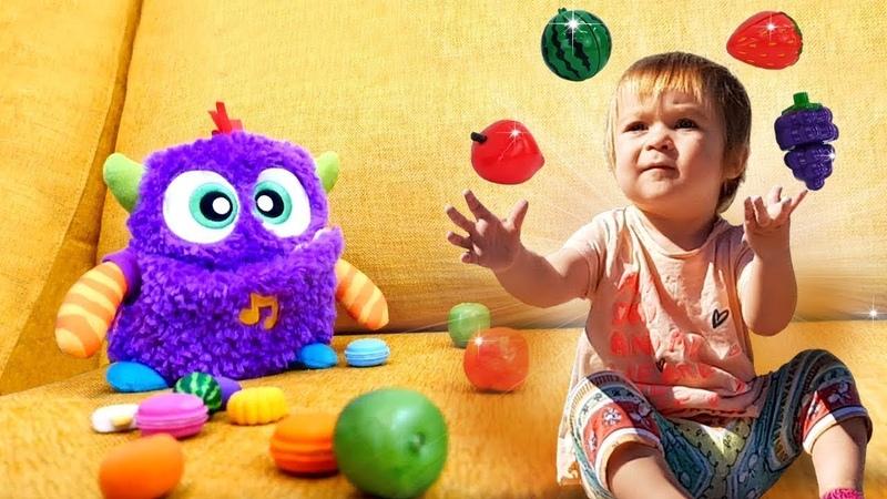 Tatlı oyuncak canavar çok acıktı. Güzel oyuncaklar.