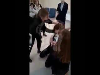 В Саранске стая малолетних шакалов толпой унизила школьницу. -  - 7-классницы ! из элитной школы Сар