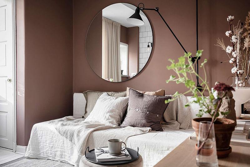 Пыльно-розовая малютка: квартира с антресольной спальней (23 кв.