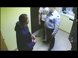 Не разрешили покурить мужику в помещении