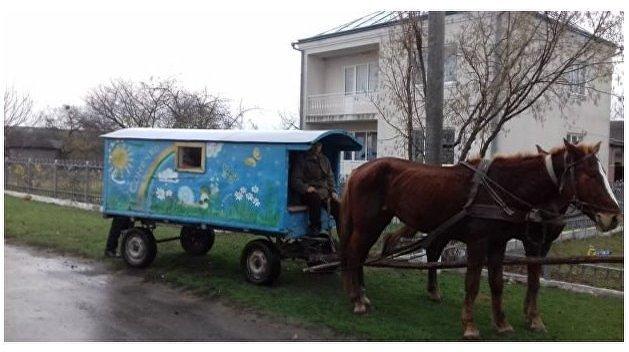 Карета подана: на Ровенщине не от хорошей жизни детей в сад возит сказочный транспорт QQoqZJPnwdQ