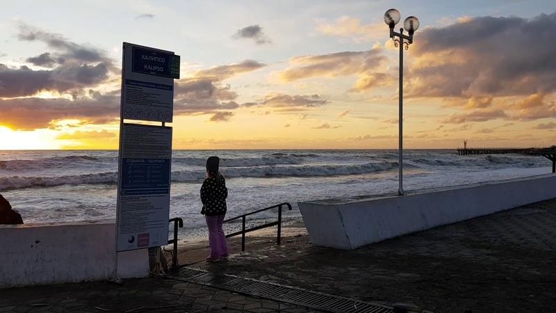 Закат солнца над морем Шум шторма Такая разная погода в Сочи Лазаревском 25 февраля 2020