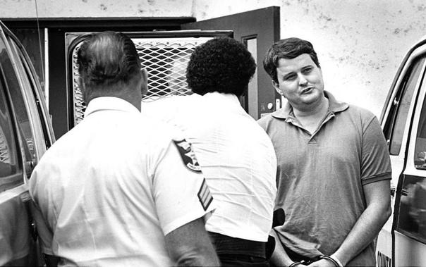 Встреча спустя 35 лет: маньяк и погубившая его жертва увиделись на казни Когда американского маньяка Бобби Джо Лонга казнили, Лиза Мак-Вей Ноланд сидела в первом ряду, пожелав лично