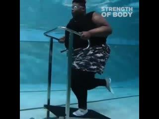 Парень не сдается и тренируется, чтобы сбросить вес