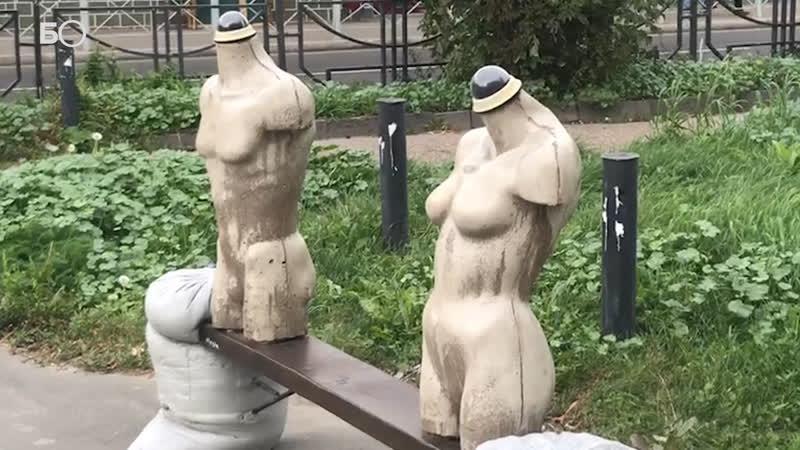 В Казани появился новый арт-объект «Щелк»: это лавка с обнаженными фигурами людей