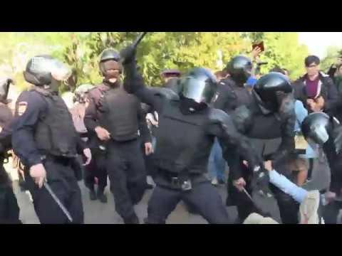 Полицейские избивают лежащих на земле людей. Протесты в Москве