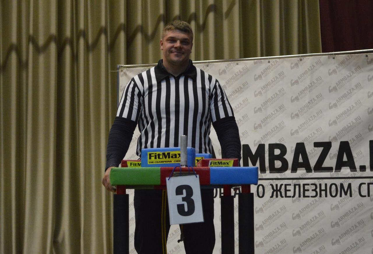 Дмитрий Шмыко выступил в качестве рефери на Кубке страны. Фото: сообщество «Армрестлинг» во «ВКонтакте»