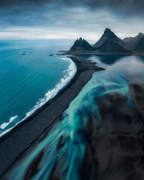 Ледниковые реки и черный песок на побережье Исландии