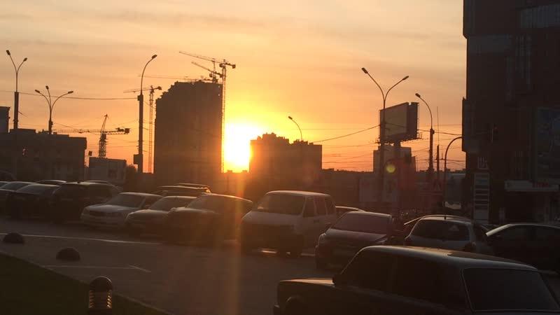 Начинается новый день И машины туда сюда Раз уж Солнцу вставать не лень И для нас значит ерунда