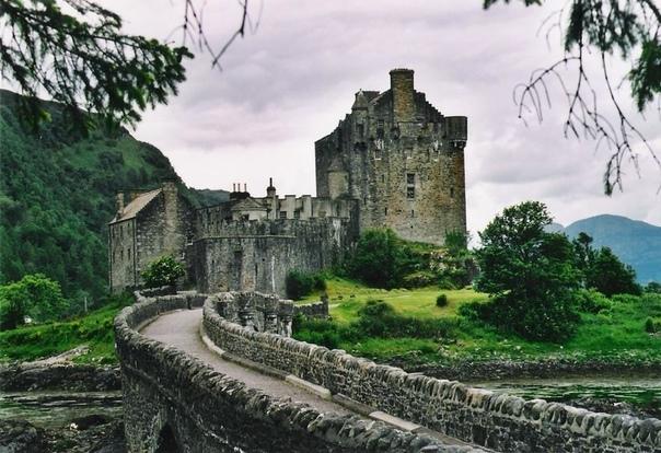 Замок Эйлен-Донан замок, расположенный на небольшом скалистом приливном острове Донан, лежащем во фьорде Лох-Дуйх в Шотландии Один из самых романтичных замков Шотландии, он славится своим