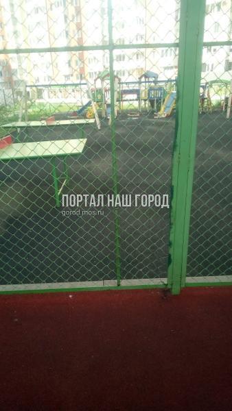 Коммунальщики привели в порядок спортивную площадку на Липчанского