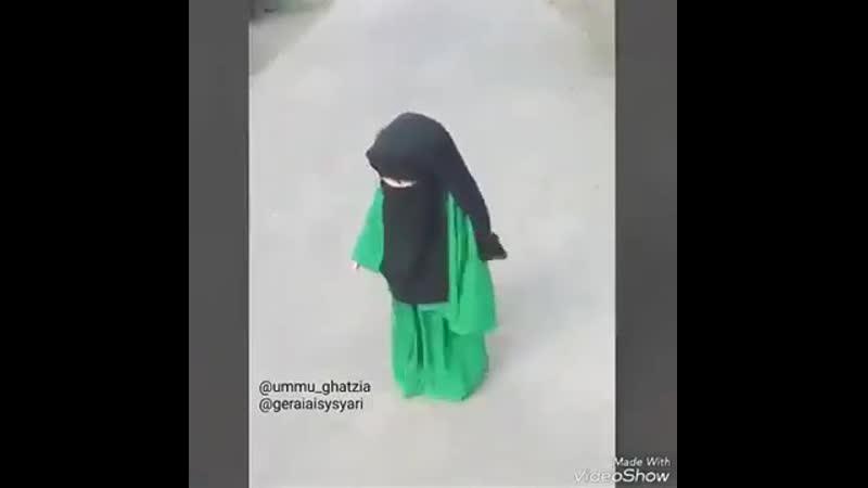 Muslim baby girl in niqab soo cute