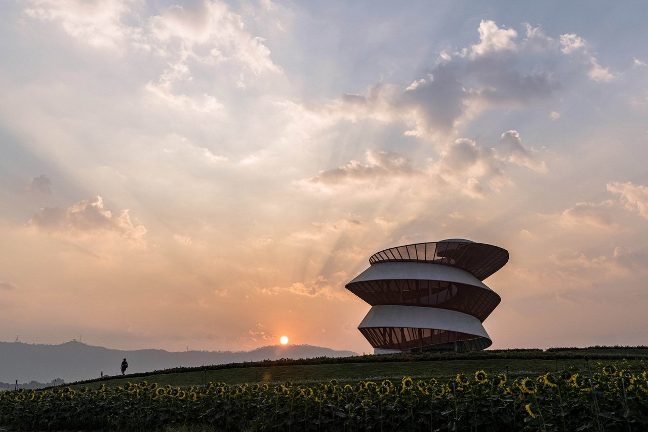 Spiral lookout tower gives views of the mountains in Shenzhen