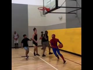 Человек-паук решил скатать в баскет