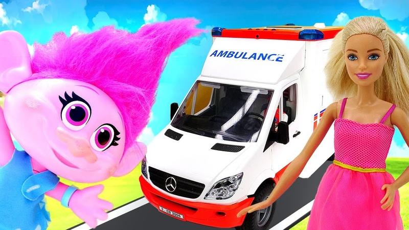 Barbie ambulans ile geliyor Poppy'nin ayağı egzersiz yaparken sıkışıyor Troller